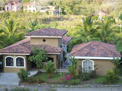Spacious tropical oasis with a 3 Bedroom house and guest suite