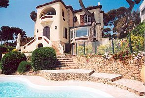Front of the villa facing the sea