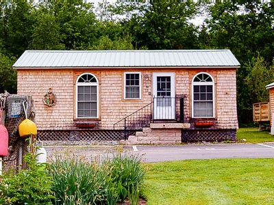 Photo for Quaint cottage w/ a full kitchen plus shared pool & hot tub - walk to the beach!