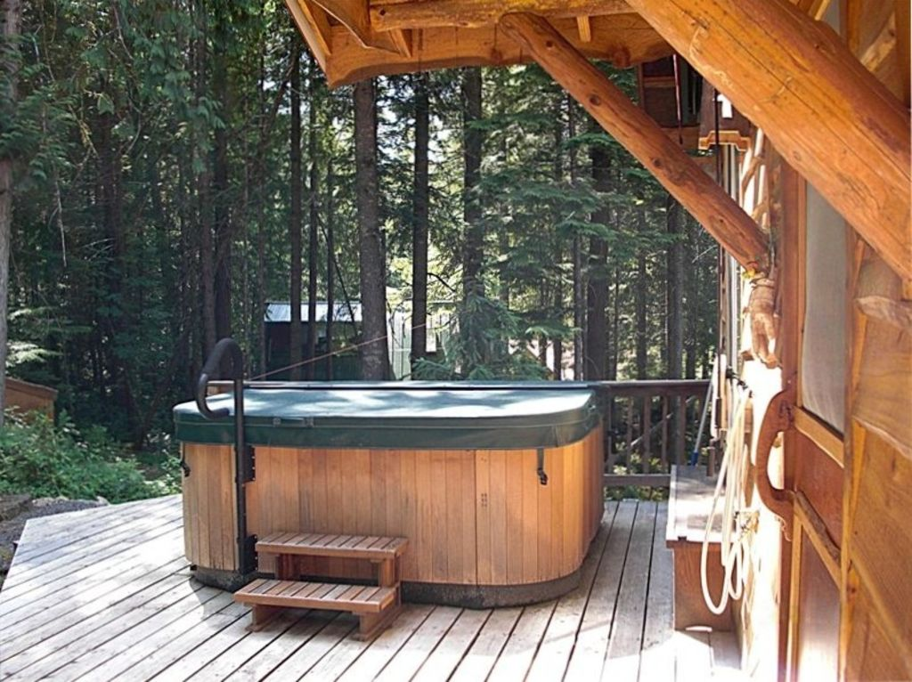 Luxurious Custom Cabin Near Mt. Rainier Park U0026 White Pass Ski Area. Back  Patio With Hot Tub. Roll Out Awning Allows All Weather Use