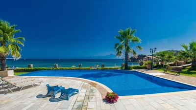Photo for New beautiful resort with pool directly on the sea