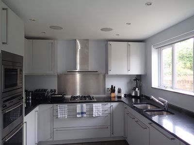 Modern 3 Bedroom Family House with easy transport links to the city centre