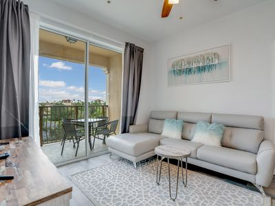 Photo for Stunning remodeled condo, 10 min. from Universal!