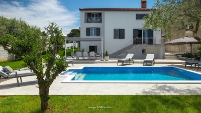 Photo for Beautifully decorated villa with pool in Pula