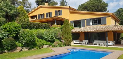 Photo for Sunny house with garden & pool, 30 min from Barcelona, 15 min by walk to beach.