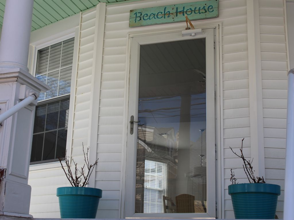 Multi family large beach house 1 block to homeaway for Multi family beach house rentals