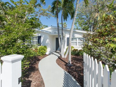 ROYAL PALM ~ Luxury 2 bed/ 2bath home in Old Town w/parking & private pool!