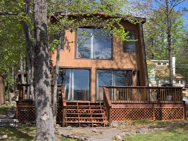 Spectacular lakefront cottage hi speed homeaway for Pocono rental with private swimming pool