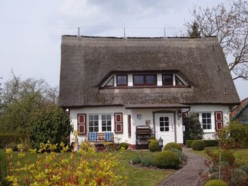 Lovingly furnished thatched house with south-west terrace, garden, 2-5 guests