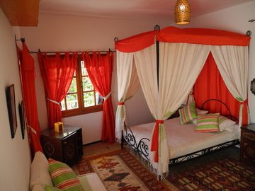 Assilah: Guest room and large living room in a house