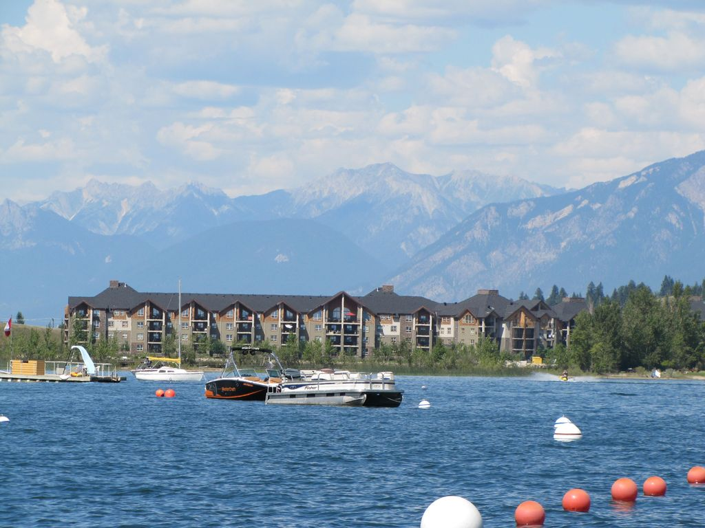 Enjoy Lake, Hiking, Skiing, Golf Within a Short Walk or Drive.
