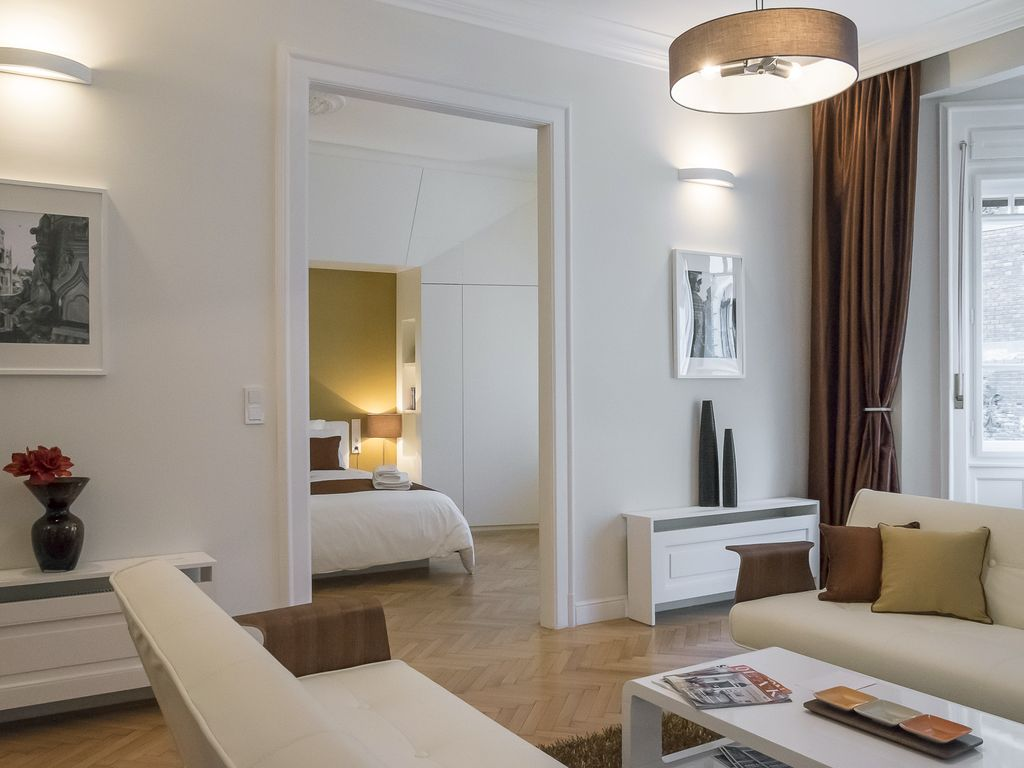 Paulay Premium Suite Opera, 90 sqm 2 BR, 2 BA, WiFi, AC next to Opera & Basilica