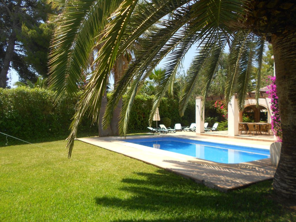 Grande villa piscine priv e entourage de s curit for Securite piscine privee