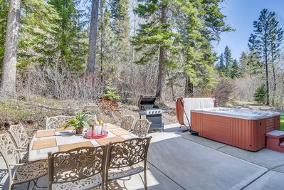 Cascade Mtn Villa - VR 365 - 8 person Patio Table and 6 person hot tub and Outdoor Gas BBQ