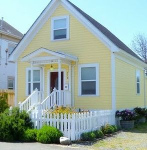 Airy & Bright  2 Story, 3 Bdrm Cottage Short Walk to Old Town.