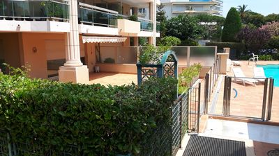 Photo for Spacious ground garden 2 rooms 2 terraces (140m ²) facing pool and sea 50m