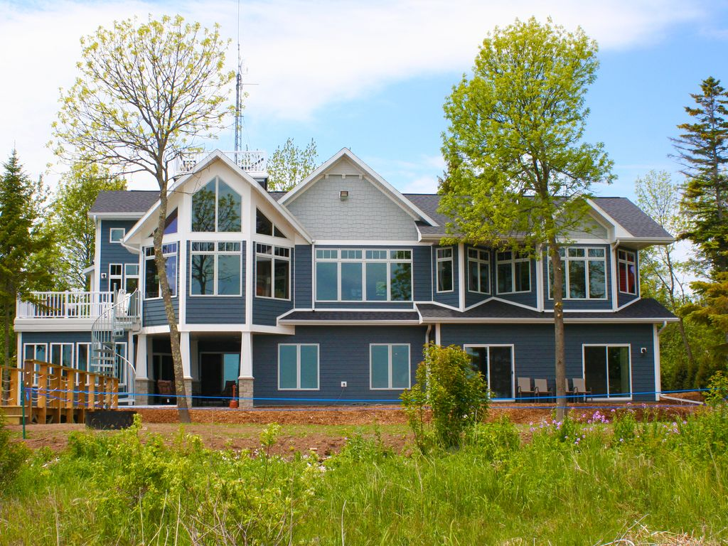 Large Beautiful 6 Bedroom Home Right On The Lake Sleeps 30