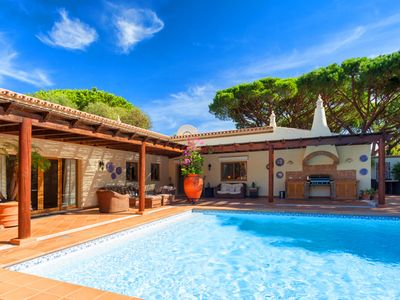 Photo for Beautiful 5 bedroom villa with heatable pool in Vale do Lobo SD109