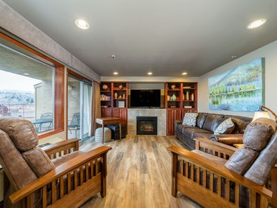 Grandview Lake View 102 Luxury 2 Bedroom Waterfront Condo! Walking distance to major attractions.