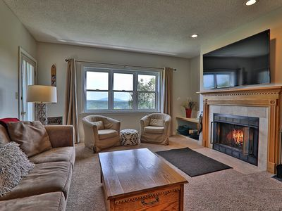 Updated Winterplace Condo walk to the slopes. Free WIFI & pool/hot tub access