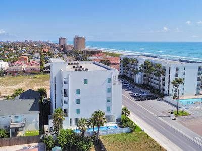 Great condo across the street from beach! Great Ocean views! Nice Pool and hot tub!
