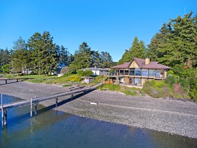Relaxing beach and dock space - About 30 feet of useable dock space for guests and a large, private pebble beach to walk.