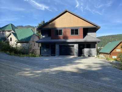 Beautiful cabin with hot tub, steam room, deck & directly across from ski lifts