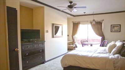 large king sized bedroom very comfortable with en-suite bath hd tv