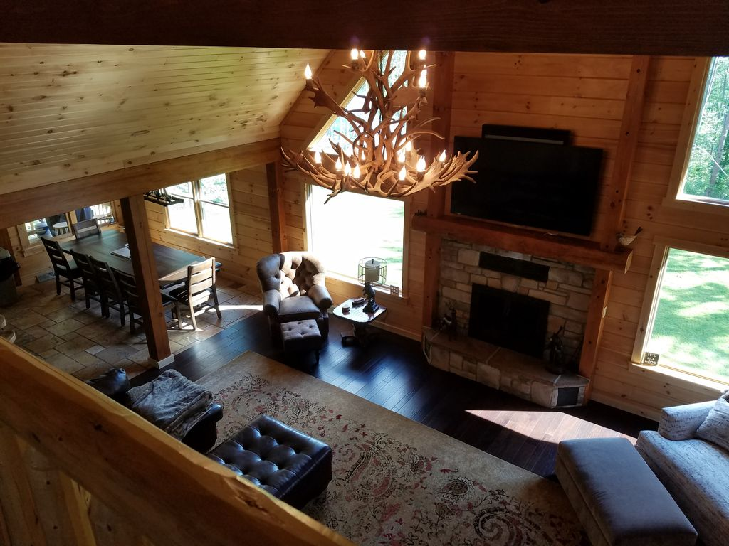Great Room, Open Design Flows To Kitchen, Quality Seating, HD TV, Mountain