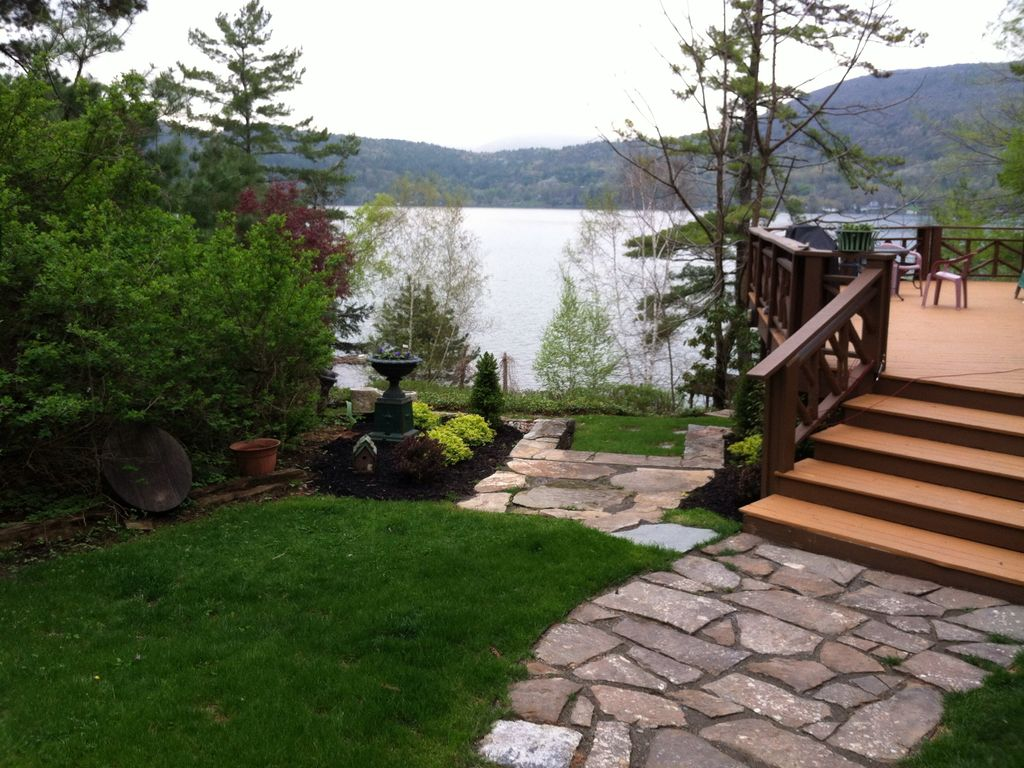A wonderful lake george lakefront home homeaway for Lakefront landscaping photos