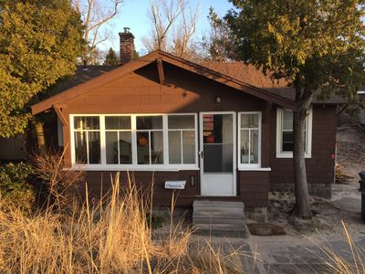 Bailey Sands: Adorable Vintage Beach Cottage, steps from Lake Michigan beach