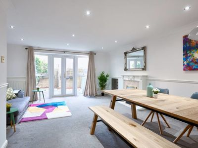 Photo for 3bed 2.5bath House w/Parking in Limehouse