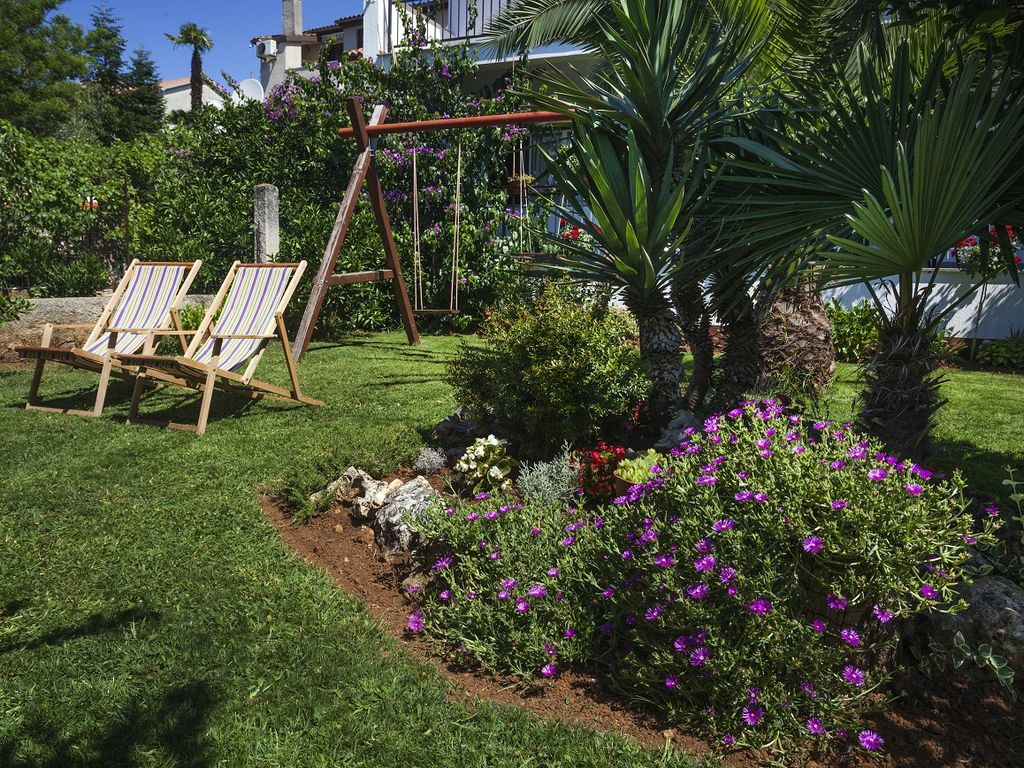 Apartment near the beach for 7 people and a great garden with palm ...