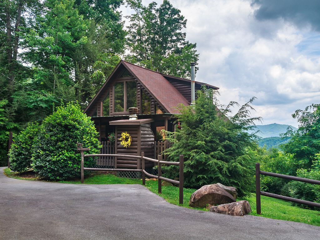 A romantic secluded cabin with mountain views hot tub for Secluded cabin rentals on lake tennessee
