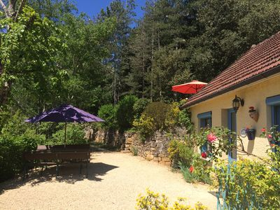 Photo for Charming cottage with swimming pool in a wooded area, near Sarlat