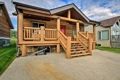 Take a break from city life in this vacation rental cabin in Pine Lake, Albert.