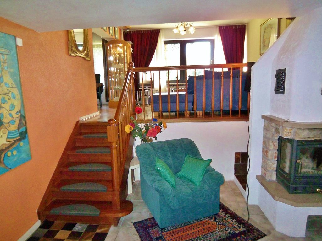 House in green area, few minutes to the metro station (U7)