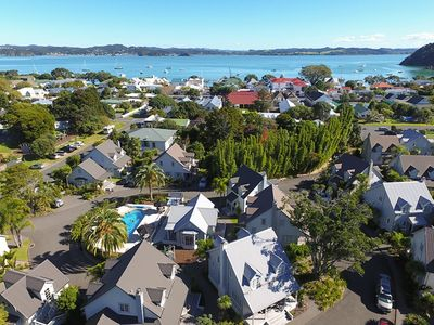Photo for Blue Penguin Cottage - Modern & spacious in the heart of Russell