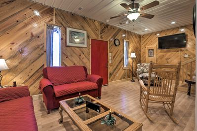 Up to 8 guests can stay in this cozy Kentucky cabin!