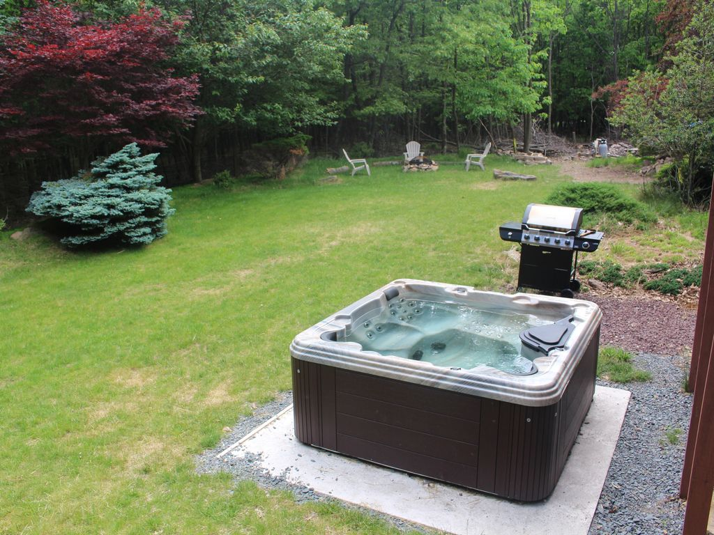 Secluded pocono paradise hot tub 3d tv w cable 60m for Long pond pa cabin rentals