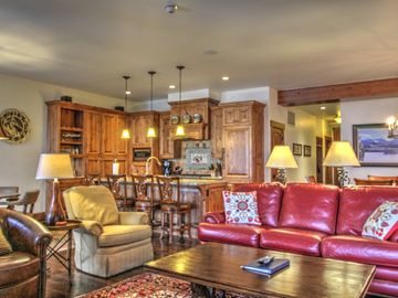 Luxurious 4BR Penthouse, Walk to Slopes