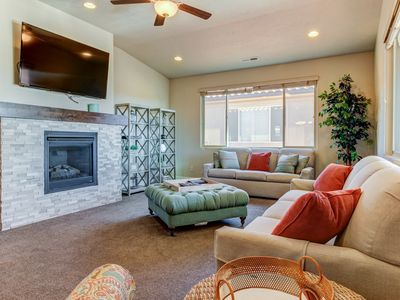 Photo for Outstanding family rental w/spacious patio, community pool, clubhouse & hot tub!