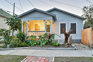 Discover the marvelous island city of Galveston from this historic cottage.