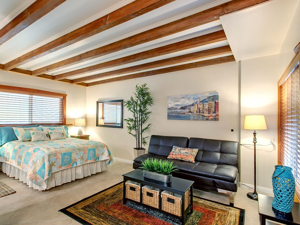 Spacious, exquisitely remodeled Studio. Walking distance to beach & fine  dining
