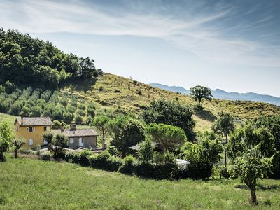 Photo for Apartment with pool and restaurant in the green countryside, near Assisi