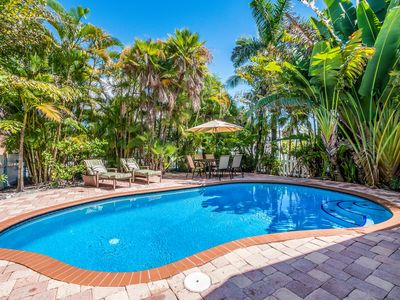 Dolphin Cottage:Adorable Ground Level w/Heated Pool, Just Over a Block to Beach!