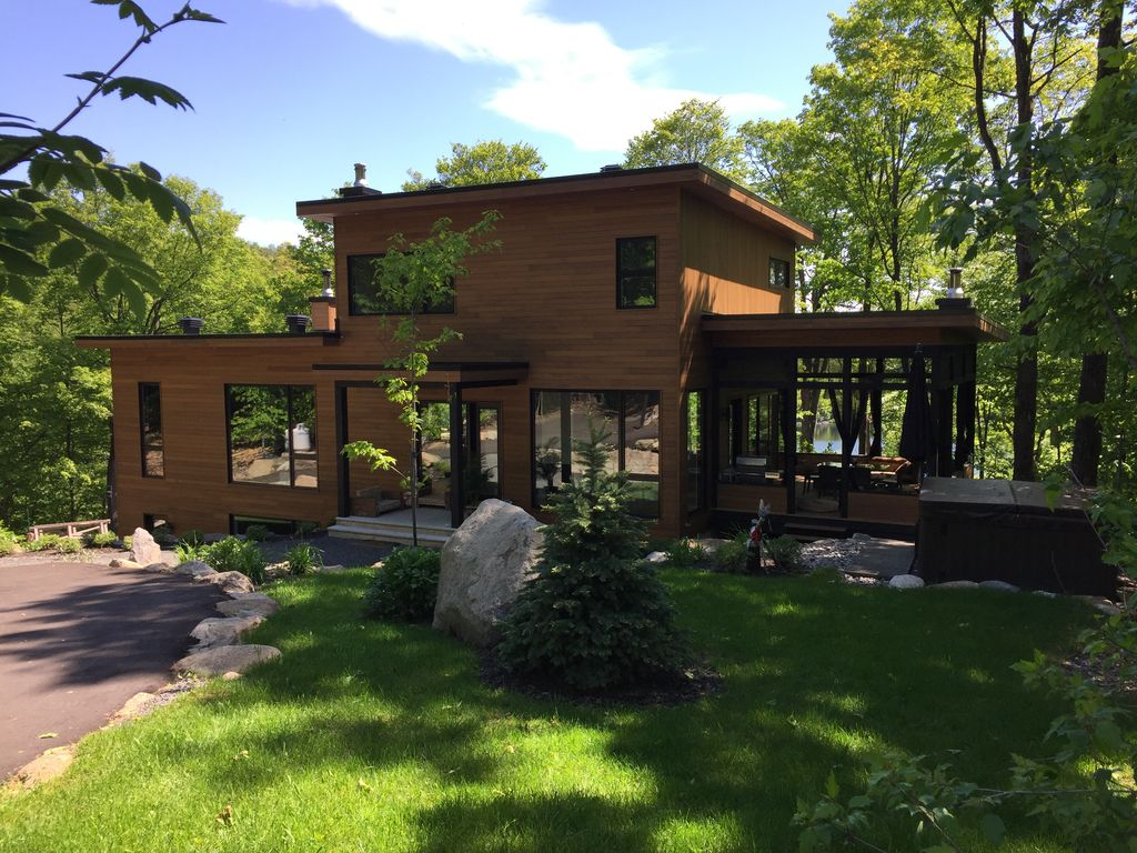 Front lake luxury home in laurentian mountains at morin for Laurentian mountains cabin rental
