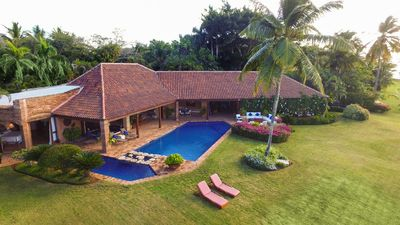 Stunning Oceanfront Villa, Full Staff including Cook, AC, Free Wifi, Pool, Ideal for Families!