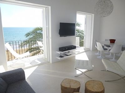 Appartement minimaliste pour plage design sitges for Appartement minimaliste