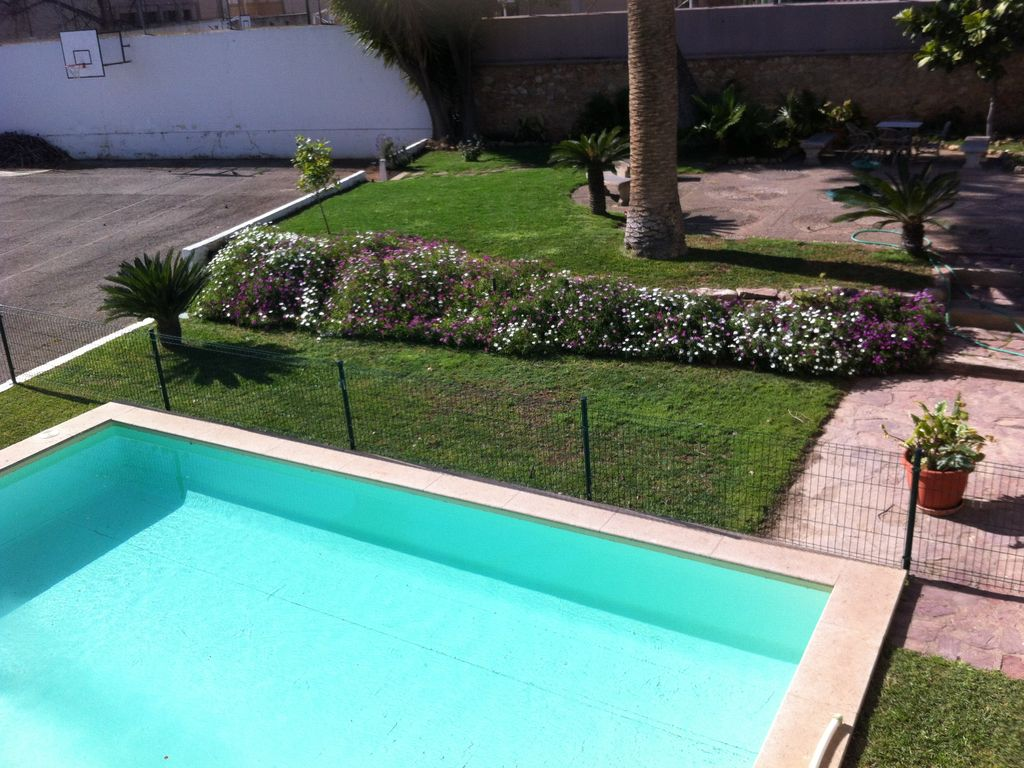 Nice apartment with big garden and swimming pool paterna for Big swimming pools for gardens